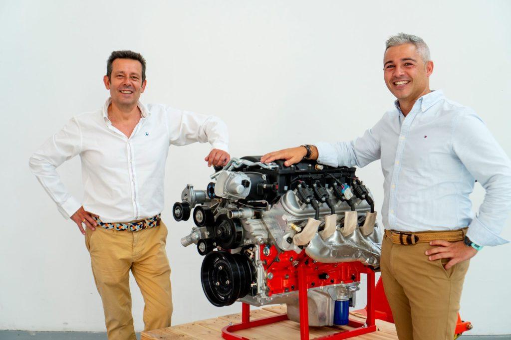 Foto de Pepe Paramés y Pedro Silva con el motor BeGas AVG