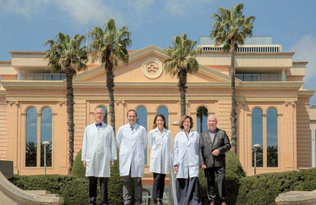 Foto de Los doctores Carlos Ballesta, Jaume Capdevila, Mónica Isart,